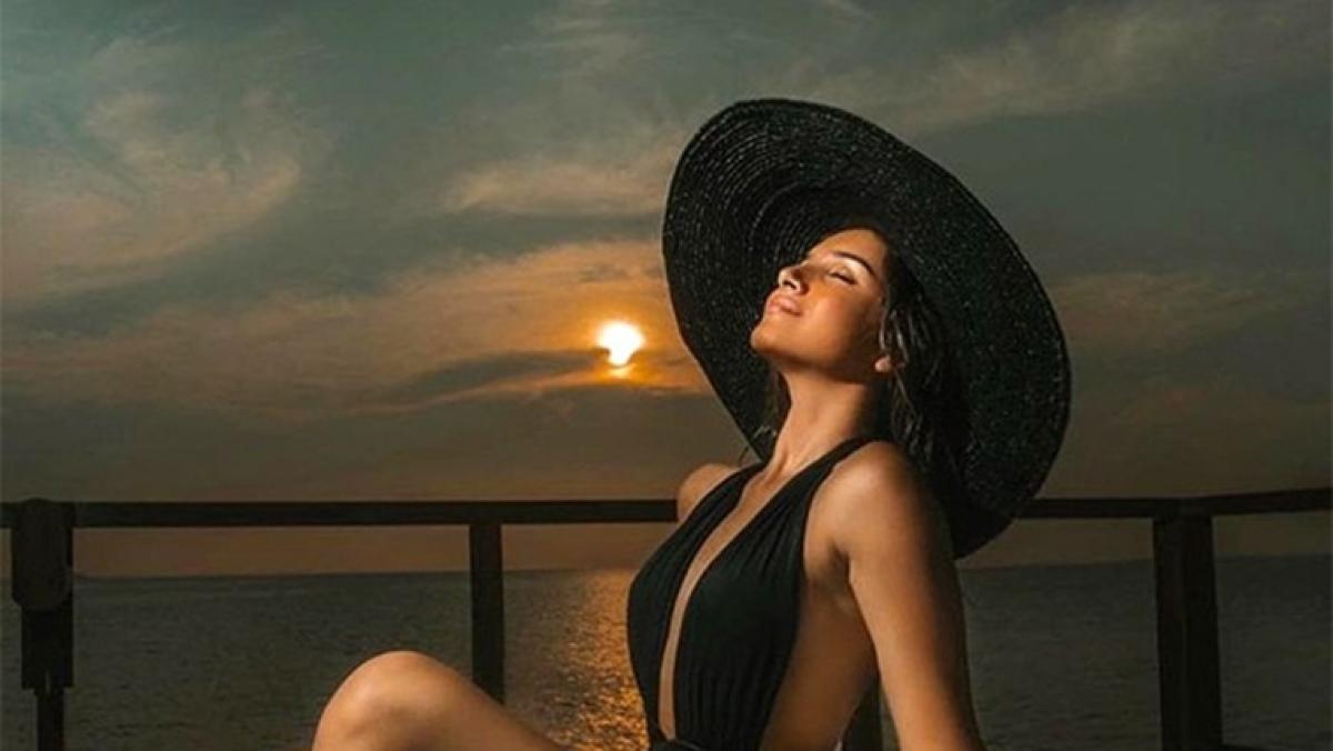 Tara Sutaria sets the internet ablaze in a sexy black monokini worth Rs 25K!