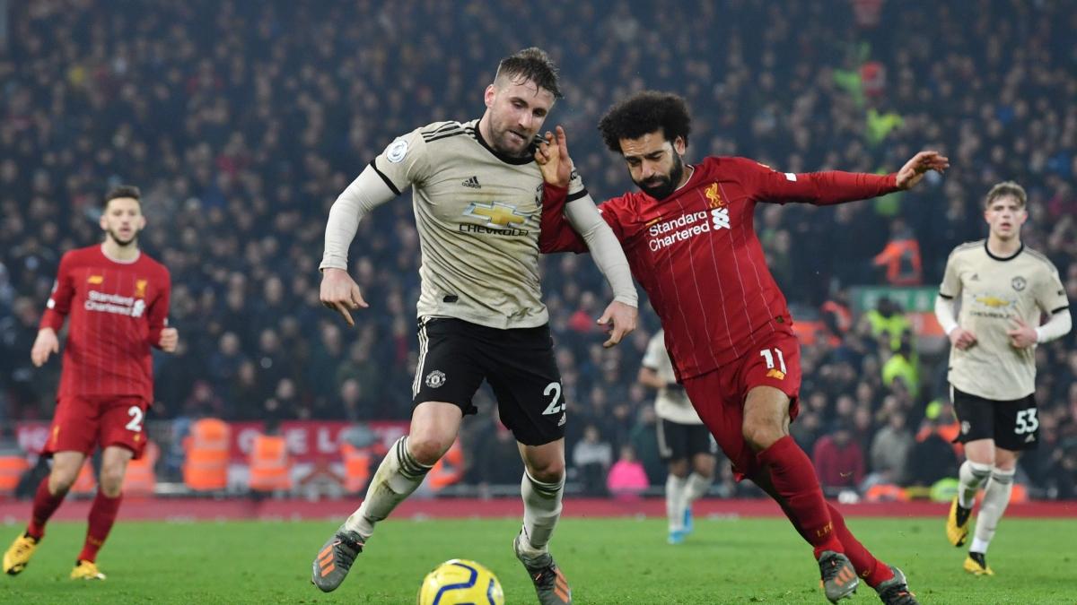 Liverpool's Egyptian midfielder Mohamed Salah (R) battles with Manchester United's English defender Luke Shaw (L)