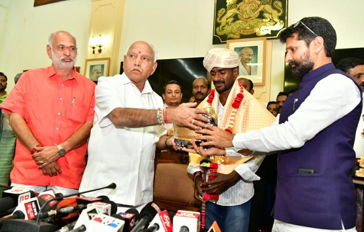 Karnataka CM BS Yediyurappa (second from left) felicitates Srinivas Gowda.