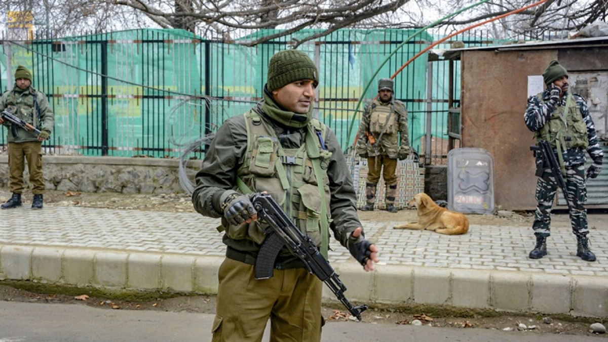 1 terrorist killed, 2 security personnel injured in an encounter in Srinagar's Nawakadal area