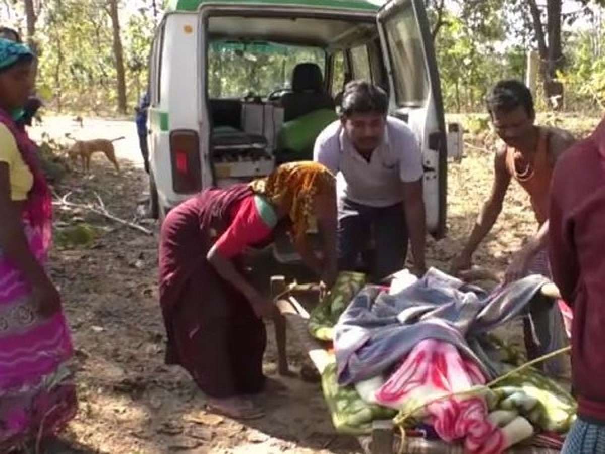 Chhattisgarh: Villagers carry a pregnant woman on makeshift stretcher for over 5 km in Jarwahi village