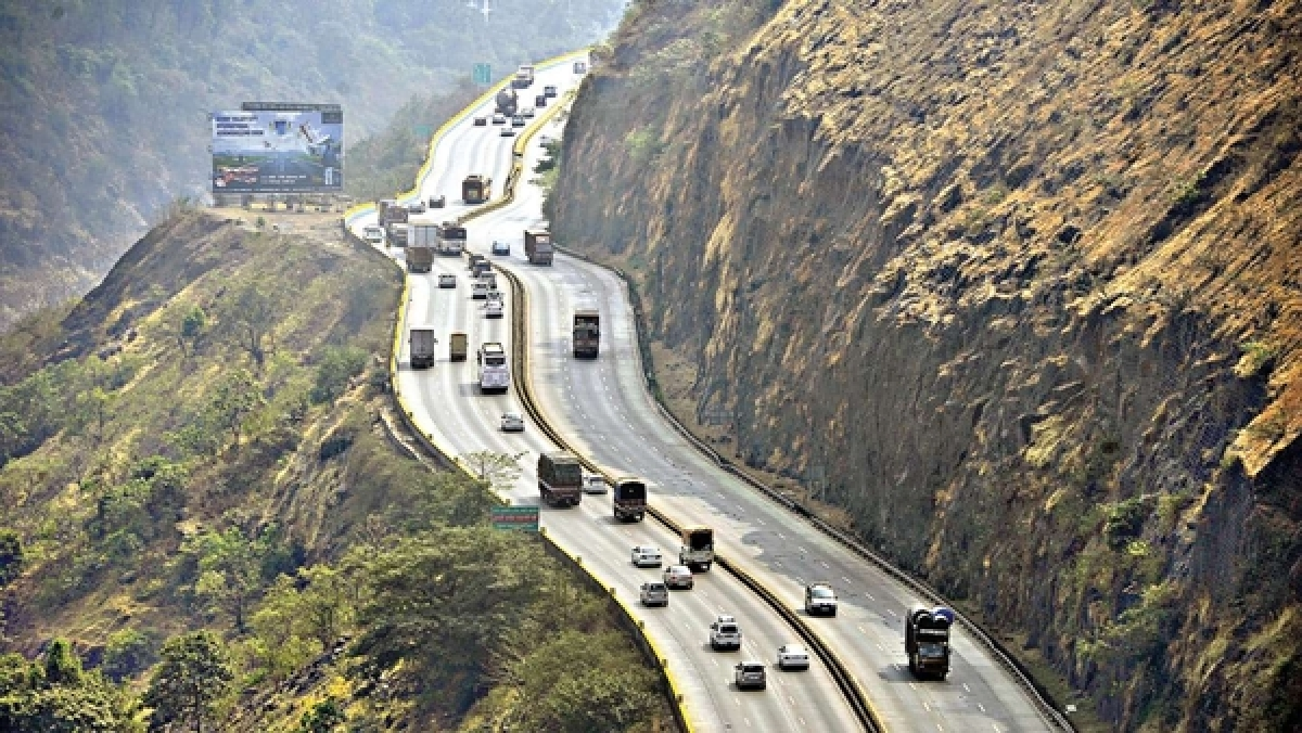 Mumbai-Pune Expressway open for essential services vehicles; all others undergo rigorous checking