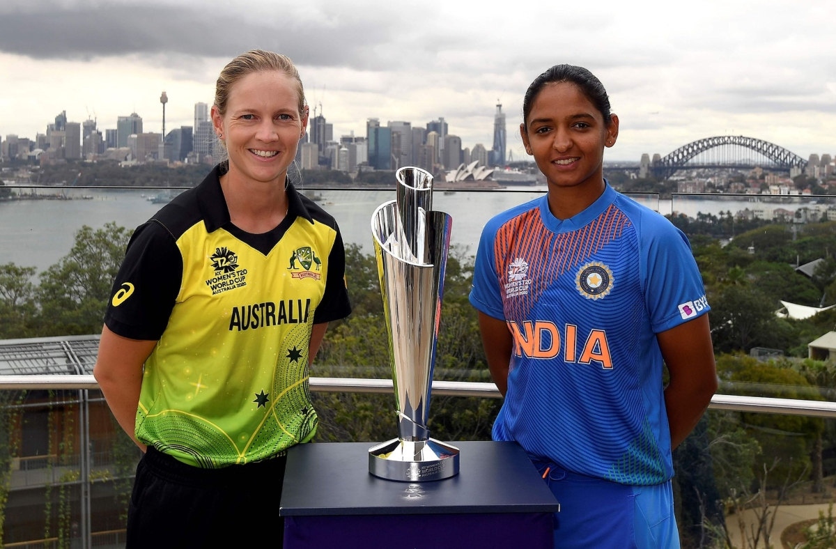 Australia's captain Meg Lanning (L) and India's captain Harmanpreet Kaur for the Twenty20 women's World Cup in Australia pose with the women's Twenty20 World Cup trophy at Taronga Zoo in Sydney on February 17, 2020, a few days ahead of the start of the competition.