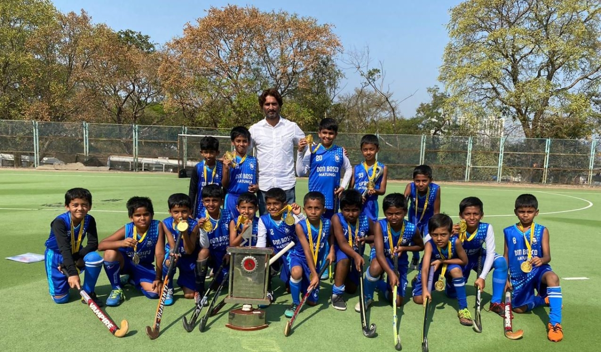 The champions with their proud coach Javed Sayeed.