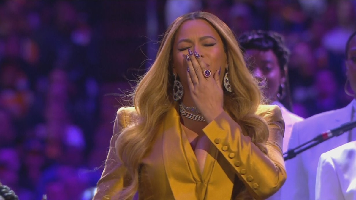 Beyonce performs 'XO' and 'Halo' as a tribute to Kobe, Gianna Bryant