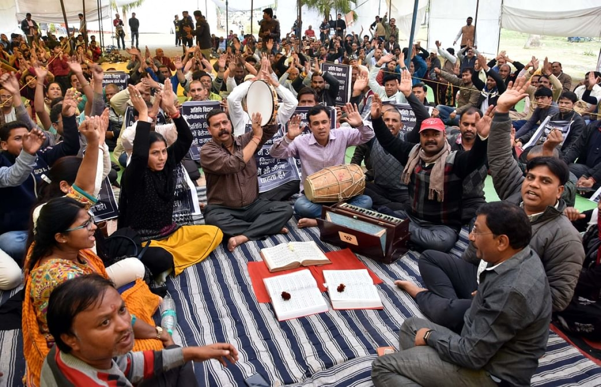 Protesting guest scholars. File photo