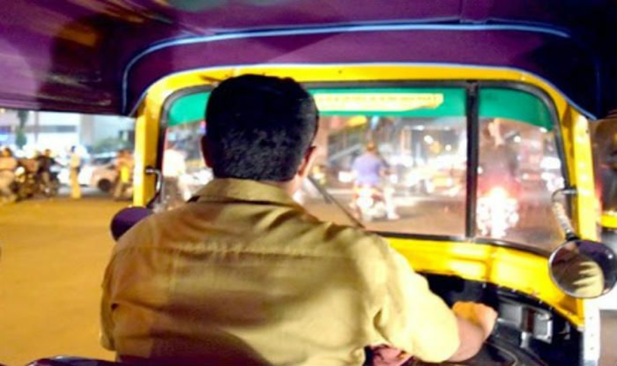 Indore: Auto driver returns woman's bag, rewarded by police