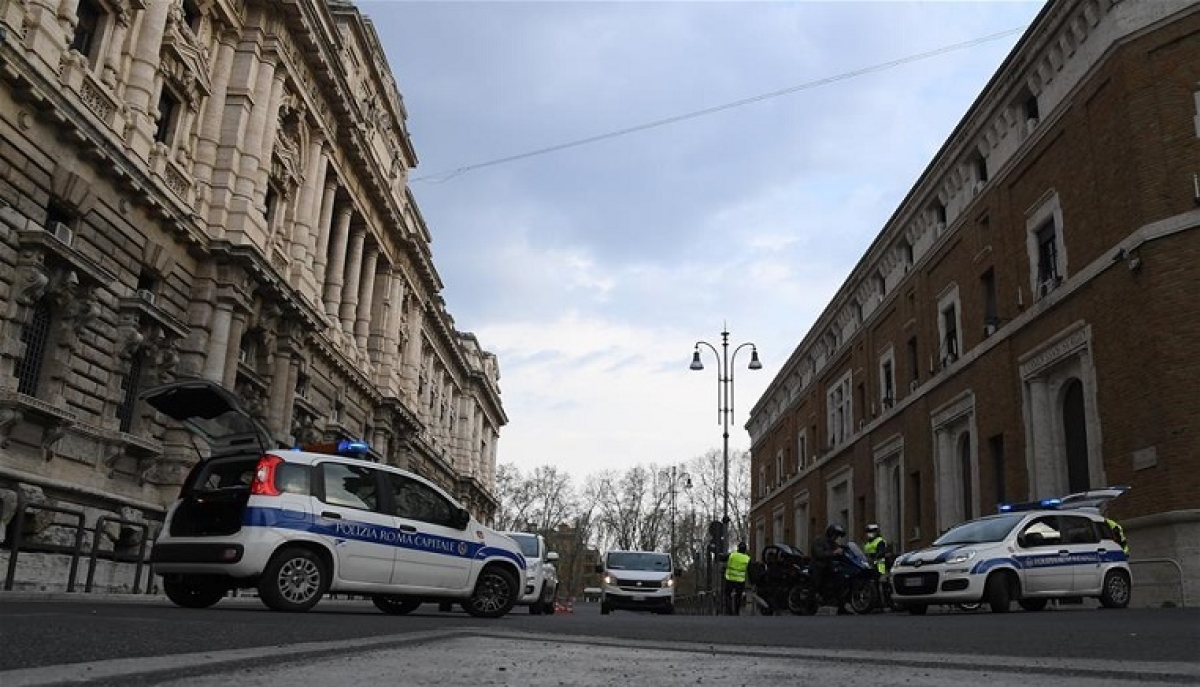 Policemen are on duty on a street in Rome, Italy, March 22, 2020. The coronavirus epidemic continued to spread in locked-down Italy on Sunday with total cumulative number of infected cases reaching 59,138 and deaths reaching 5,476, according to the latest data released by the Civil Protection Department.
