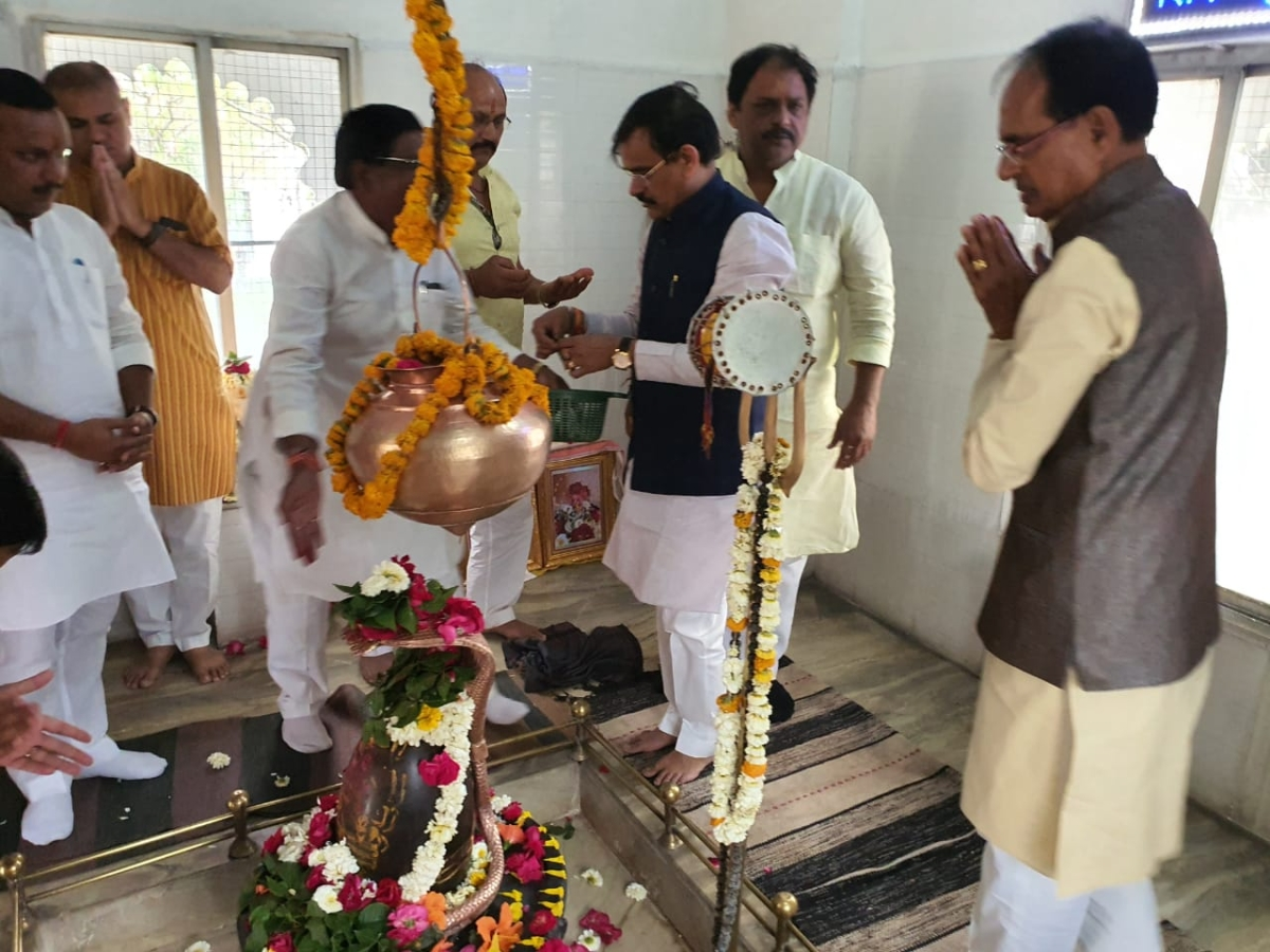 """Former Chief Minister Shivraj Singh Chouhan posted a picture of himself offering prayers on Twitter. """"Lord, show your infinite grace on Madhya Pradesh..."""" he wrote in the caption."""
