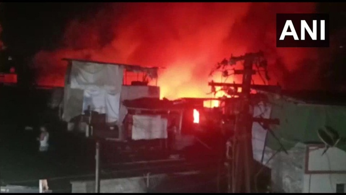 Major fire breaks out due to cylinder blast in Pune's Wadarwadi, 15 huts gutted