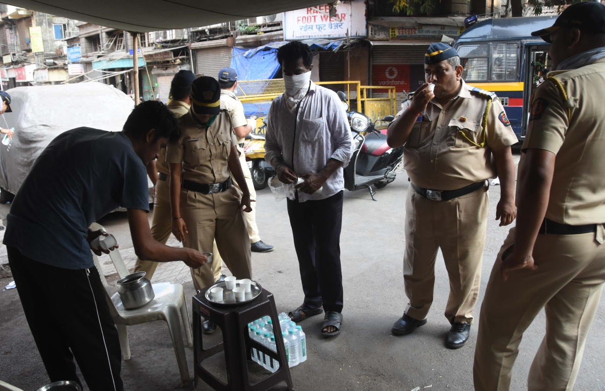 Volunteers distributing tea to Mumbai Police amid lockdown.