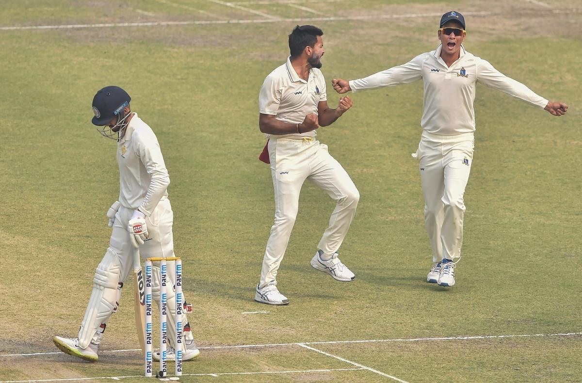 Bengal bowler Mukesh Kumar celebrates with his teammates after dismissing  Karnataka batsman Manish Pandey (L)