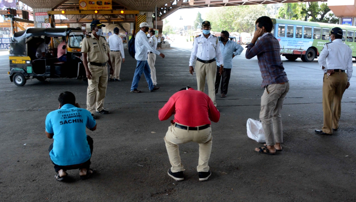 Mumbai Traffic Police makes violaters  do sit-ups for coming out of their homes during. lockdown.