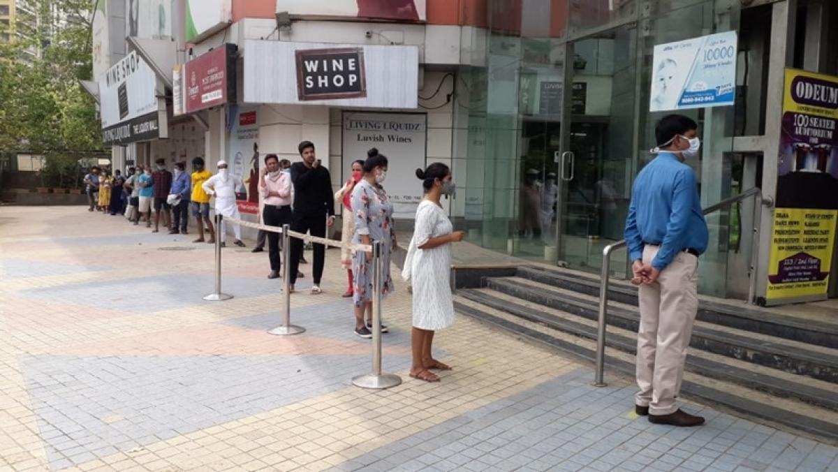 Amid coronavirus lockdown, Mumbaikar's attempt social distancing while buying essentials