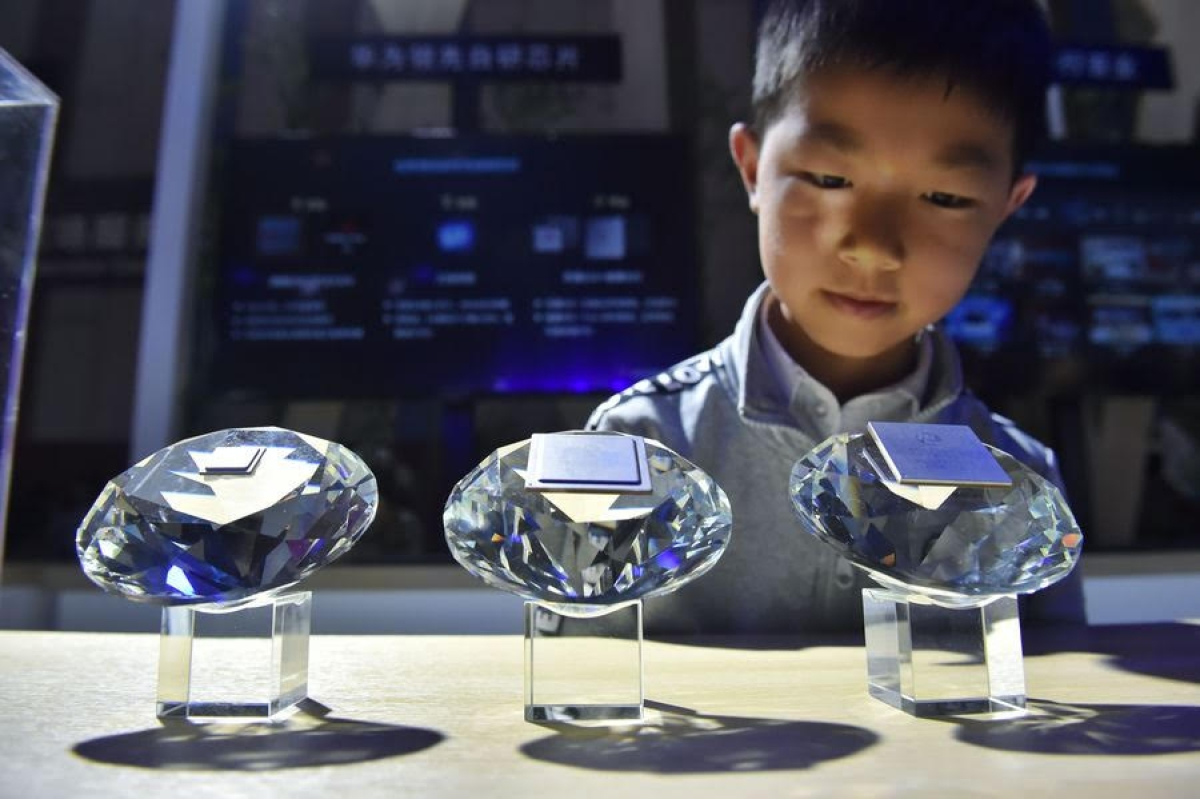 A kid views 5G chips of Huawei
