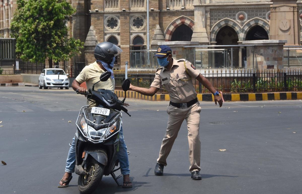 Police punishing violators during Mumbai lockdown