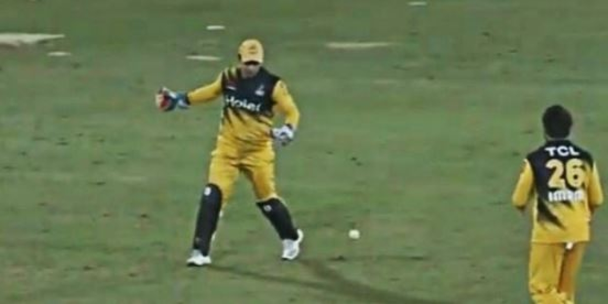 'Worst wicket-keeper in  the history of the game': Twitter trolls Kamran Akmal after dropping a simple catch