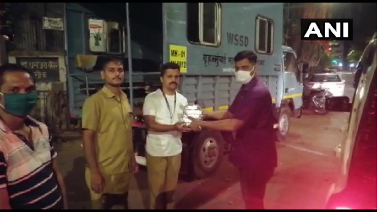 Coronavirus lockdown: Siddhivinayak Temple Trust celebrates Gudi Padwa by distributing food, water to police personnel