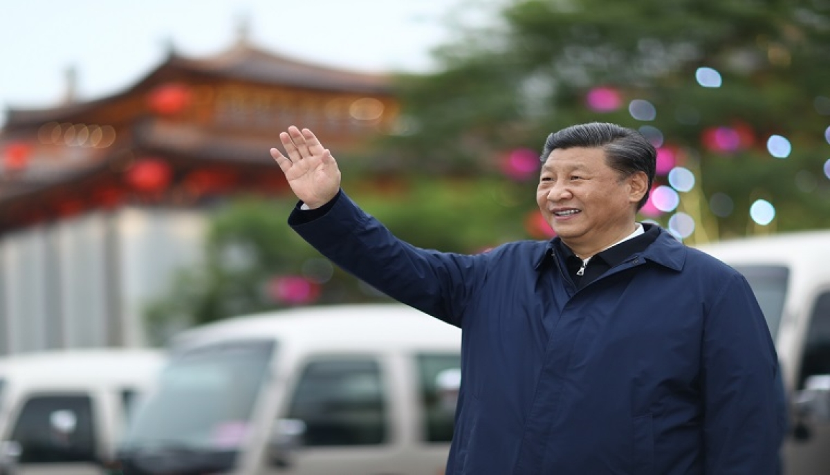 Chinese President Xi Jinping, also general secretary of the Communist Party of China Central Committee and chairman of the Central Military Commission, visits a commercial street in Xi'an, capital of northwest China's Shaanxi Province, April 22, 2020.