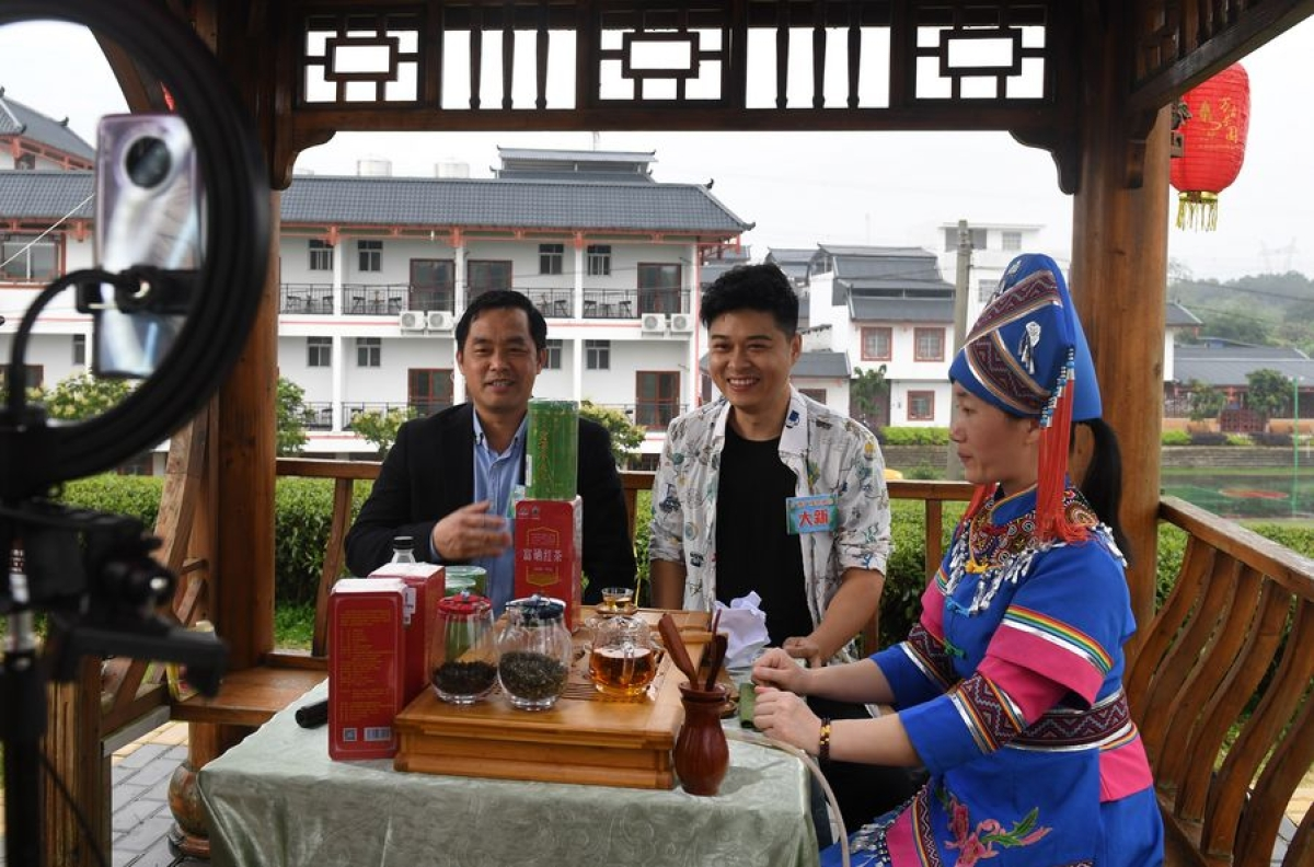 Residents from Shanglin county in southern China's Guangxi Zhuang Autonomous Region talk about local farm goods during a livestreaming activity on March 24, 2020.
