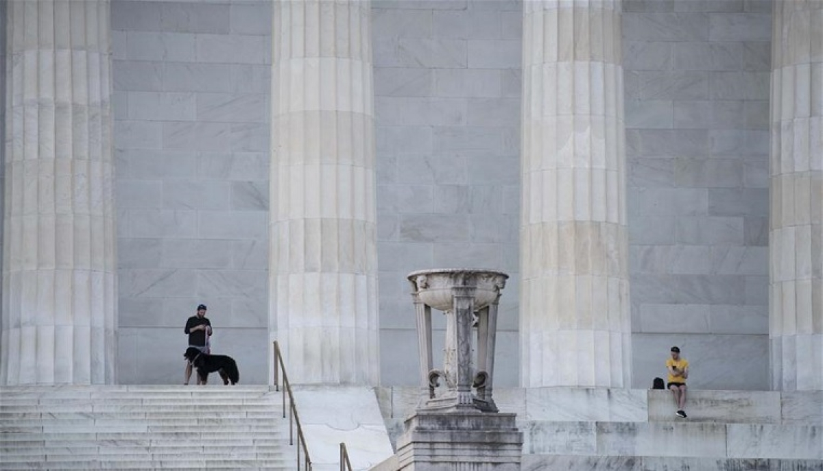 People take a rest at the Lincoln Memorial in Washington D.C., the United States, April 8, 2020. The number of COVID-19 cases in the United States reached 401,166 as of 12:20 local time on Wednesday (1620 GMT), according to the Center for Systems Science and Engineering (CSSE) at Johns Hopkins University.