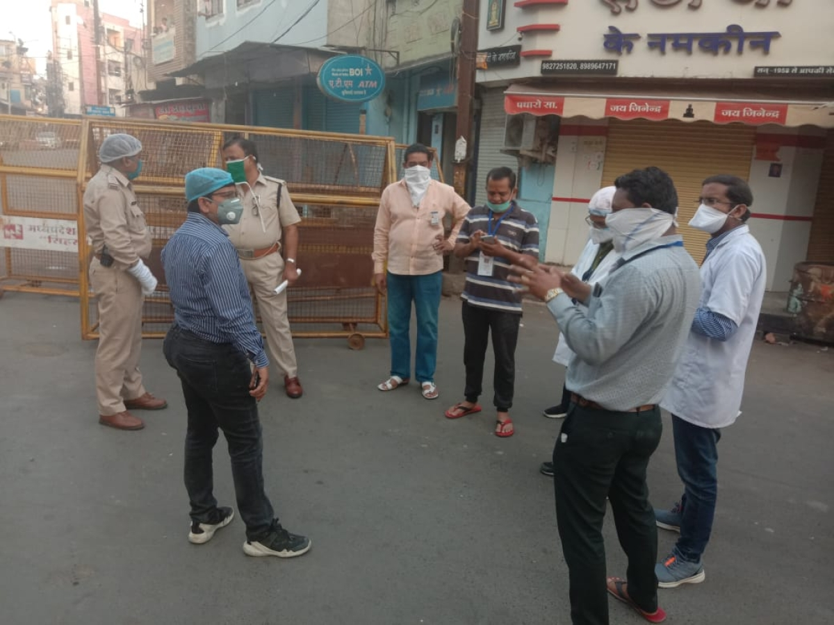 Police, health and municipal officials at Danigate in Ujjain on Sunday evening, after sealing the locality in the aftermath of Laxmibai's death, which as the reports confirmed has been caused due to Covid-19 infection.