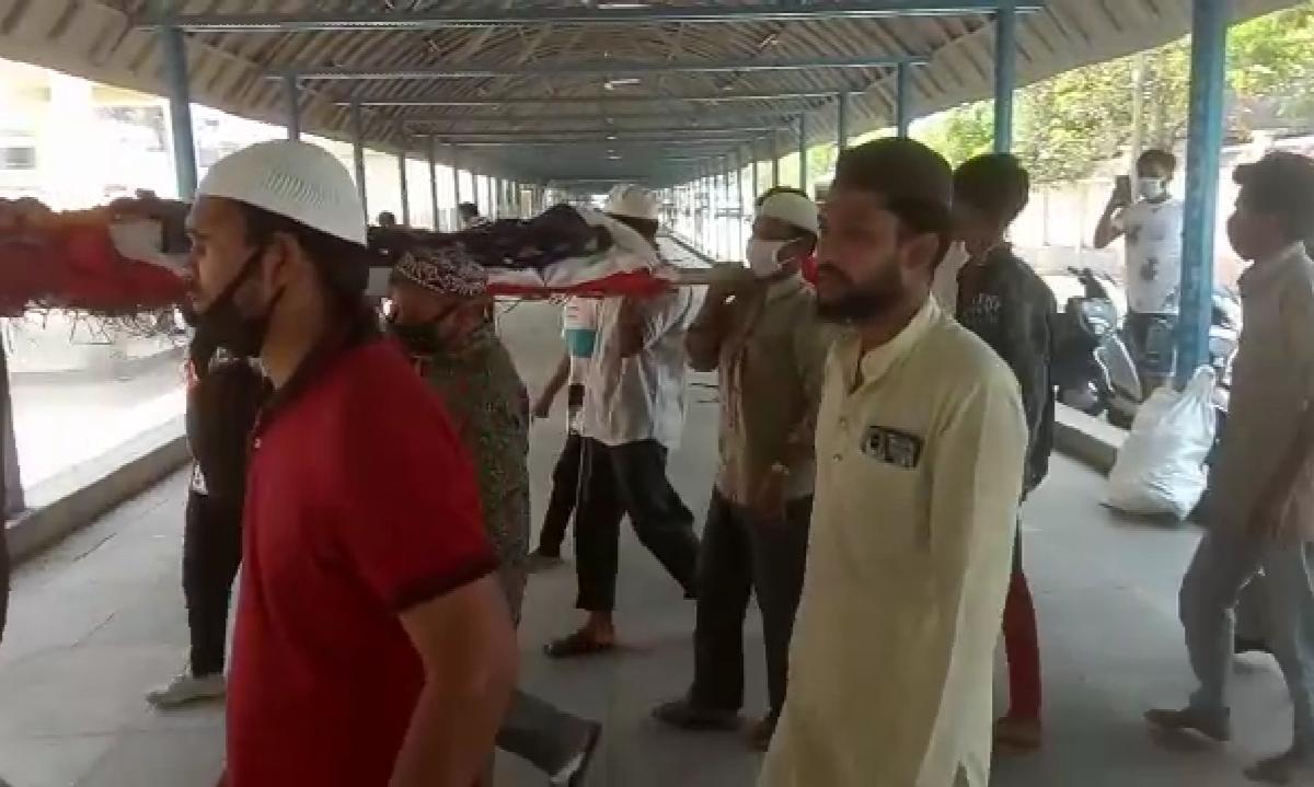 Humanity amid Coronavirus: Neighbouring Muslims shoulder bier of Hindu woman in Bhopal