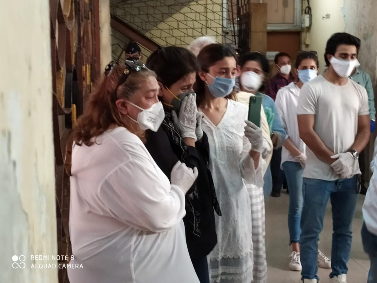 Rishi Kapoor funeral: Images of Ranbir, Neetu, Alia, Kareena and Kapoor Khandan paying last respects