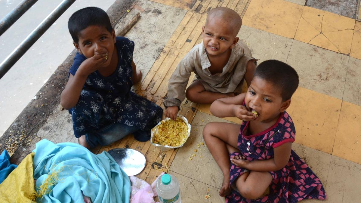 Mumbai: Nine cyclists crowdfund to serve meals to homeless & migrants