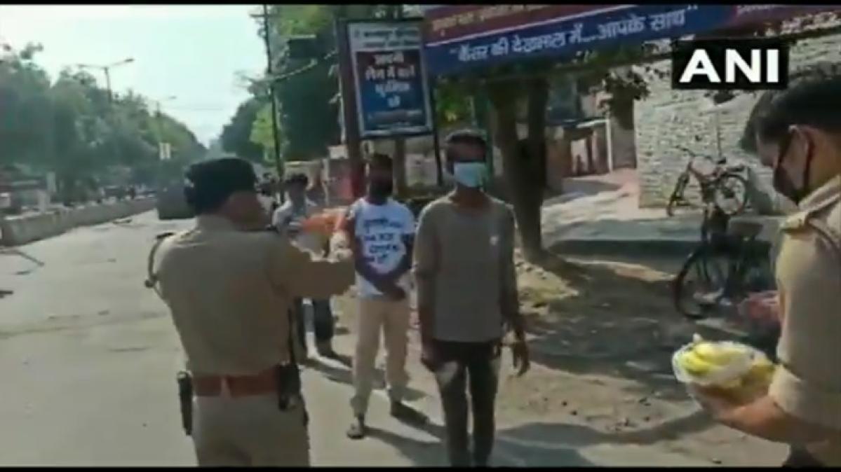 UP police perform aarti of those violating lockdown in Kanpur