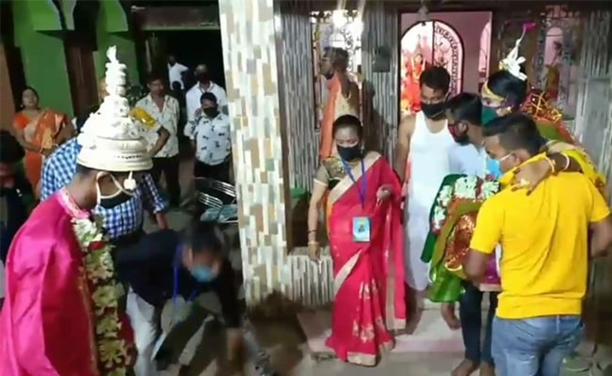 Learn Nikhil Kumaraswamy: Bengal couple marries with masks and minimum guests
