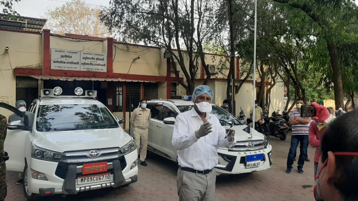 Indore: DIG Harinarayan Chari Mishra, Collector Manish Singh visit Mhow; cash found on street