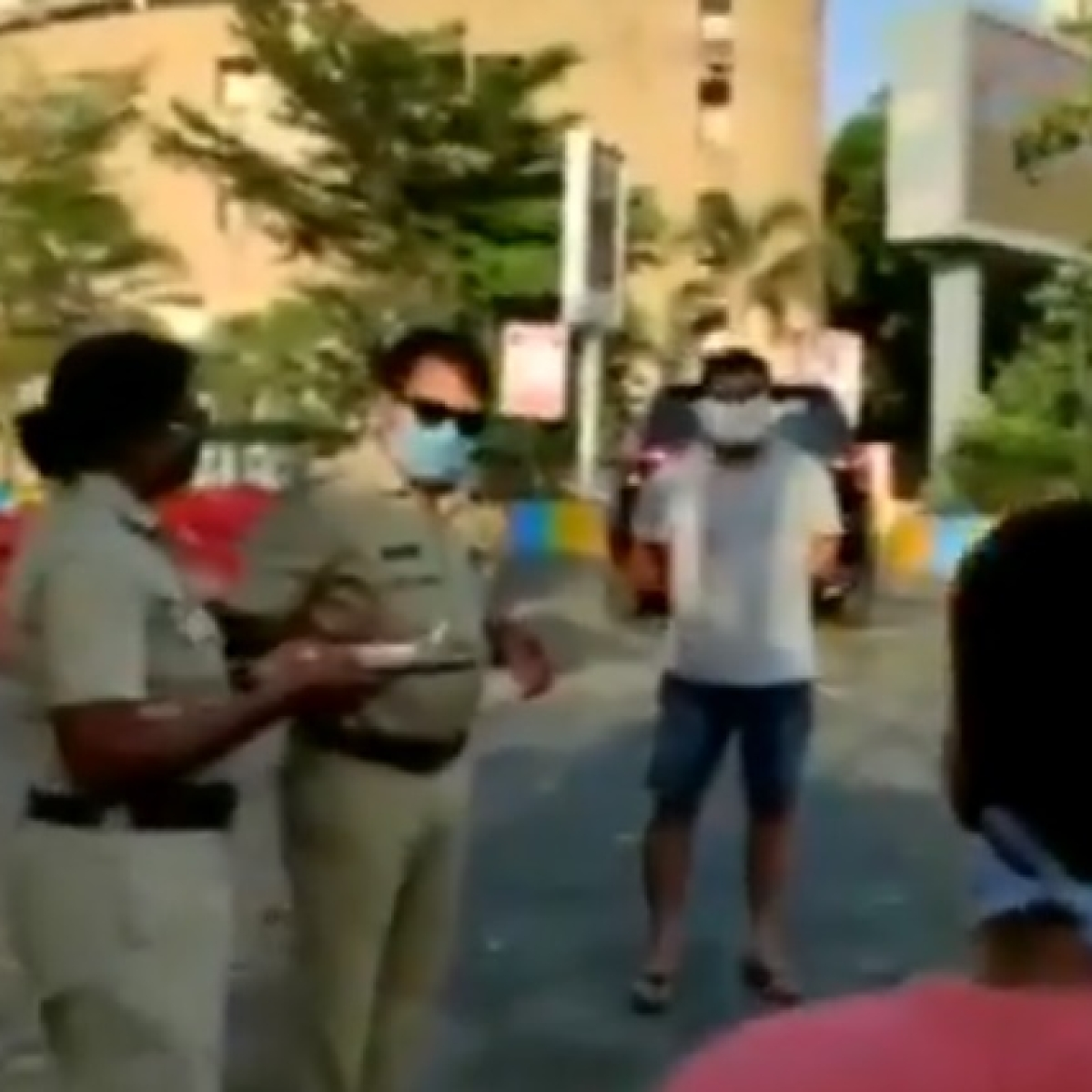 Thane Police perform 'aarti' of people going for morning walks amid lockdown
