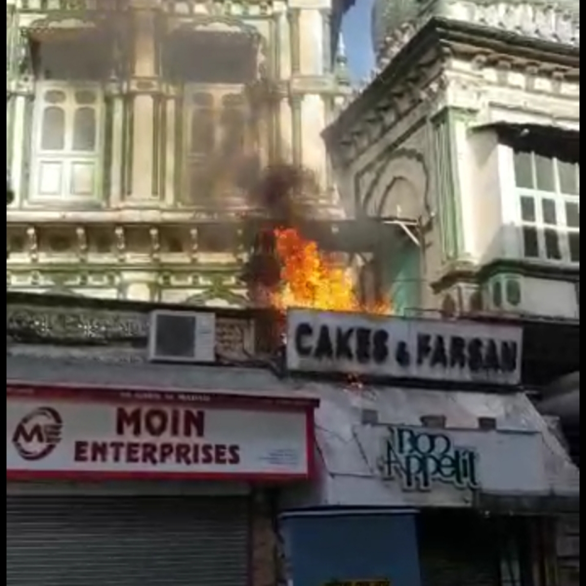 Watch: Fire breaks out at Mumbai's Minara Masjid in Bhendi Bazar