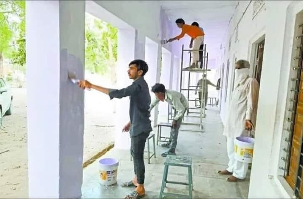 Quarantined migrant labourers in Rajasthan's Sikar express gratitude; paints school building