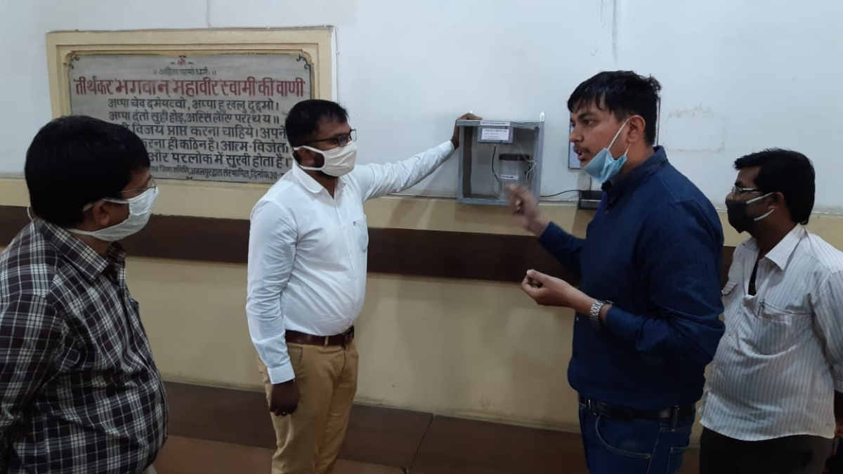 Jabalpur collector understanding the working of touchless sanitiser