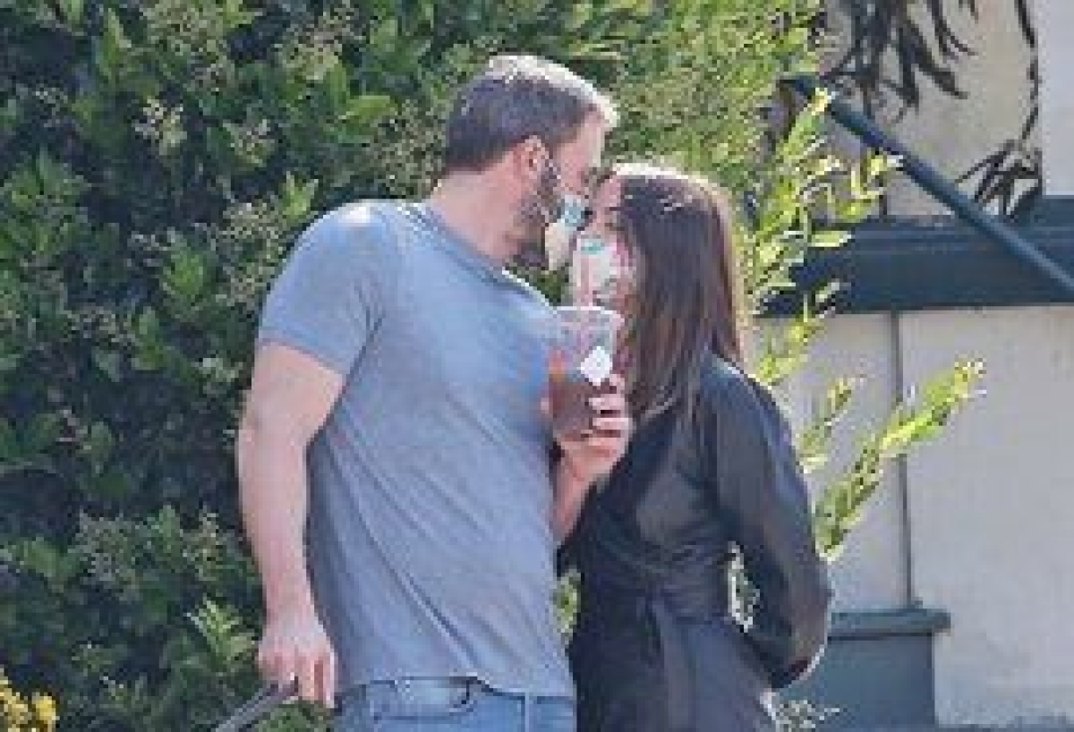 Lovebirds Ben Affleck, Ana de Armas lock lips with masks on!