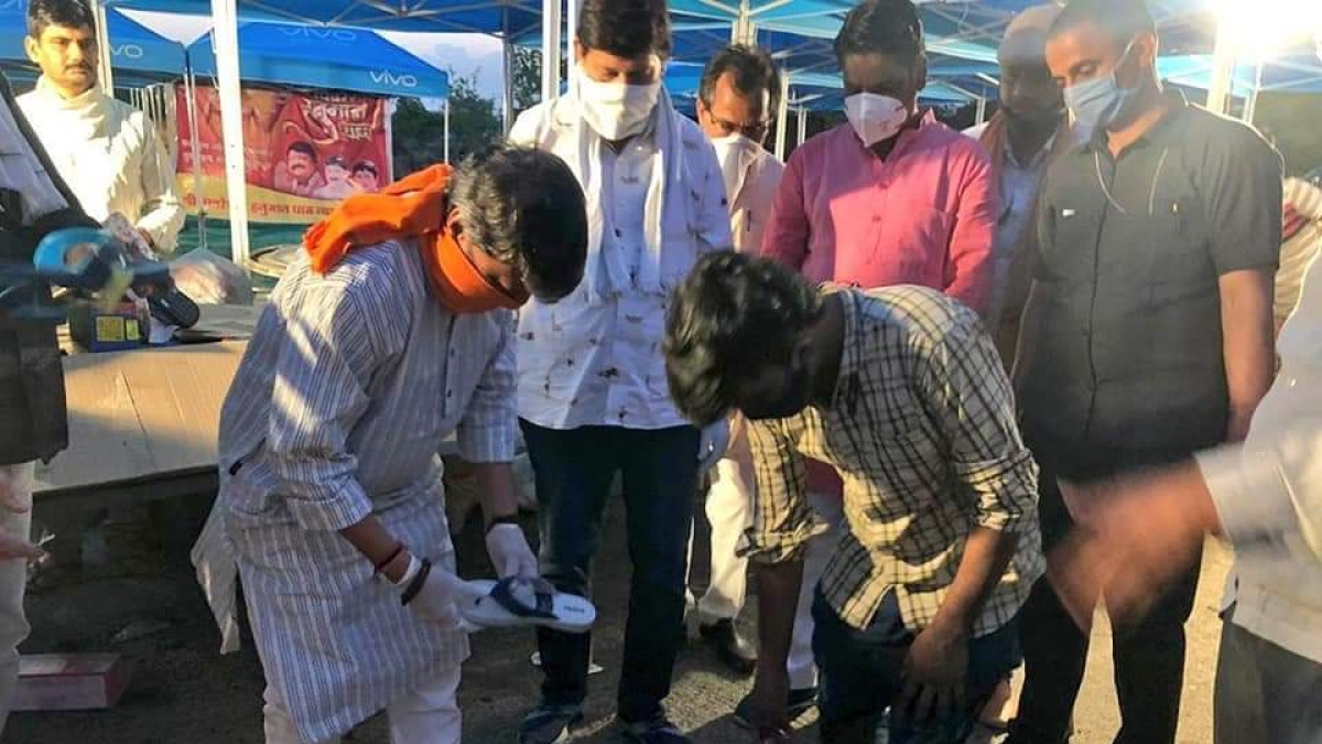 Indore: Kailash Vijayvargiya offers slippers, food to migrant workers returning to their hometowns amid coronavirus lockdown
