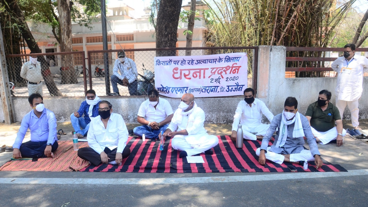 MLA Mahesh Parmar along with the party leaders staging a dharna in front of collectorate.