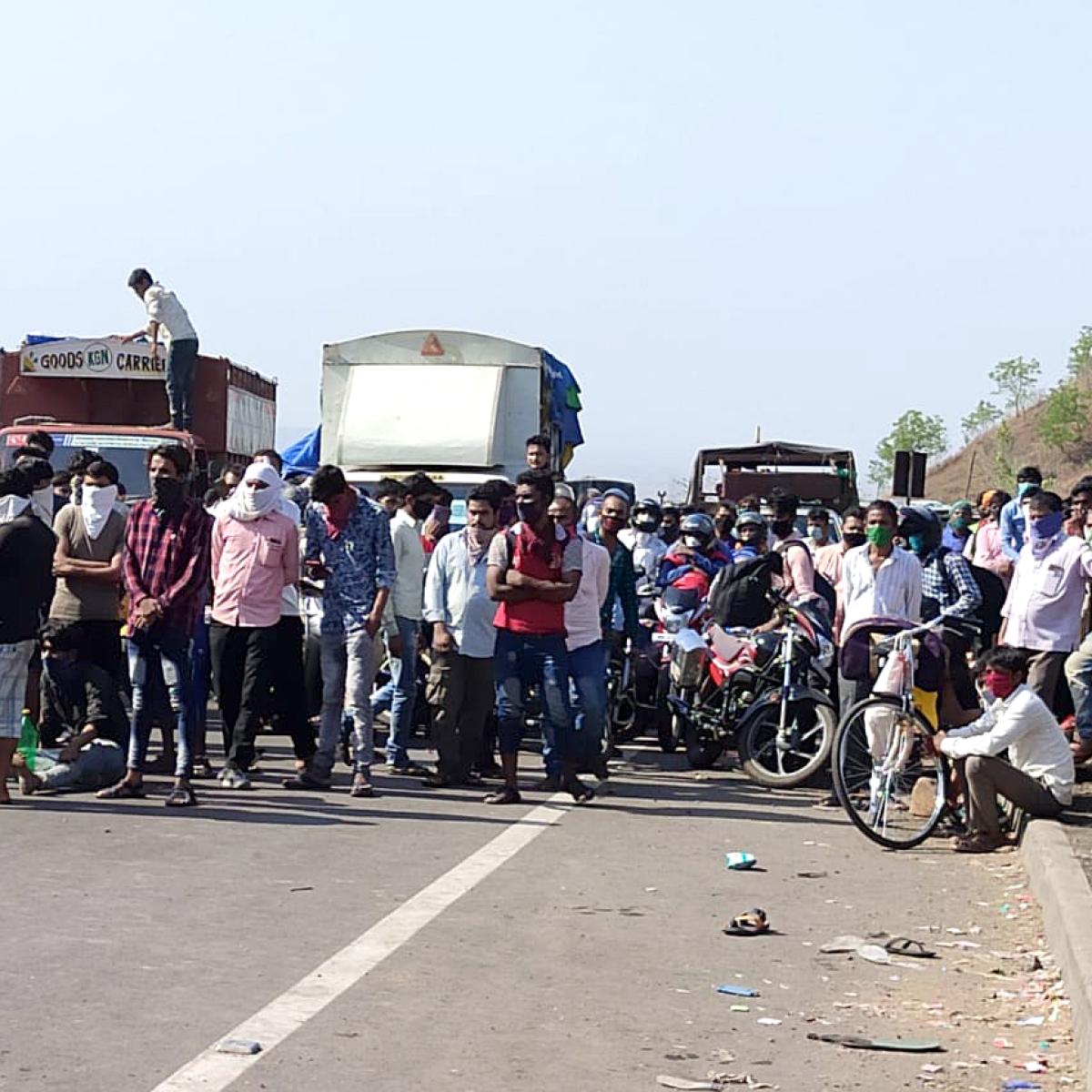 Madhya Pradesh: Over 2,500 labourers of UP create ruckus, pelt stones in Sendhwa