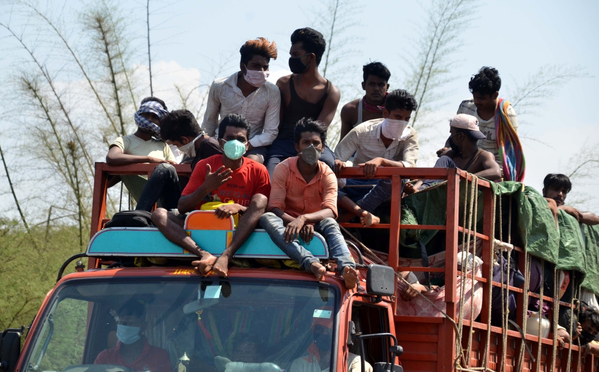 Madhya Pradesh: 10,000 labourers sent to UP borders by bus, food given to them