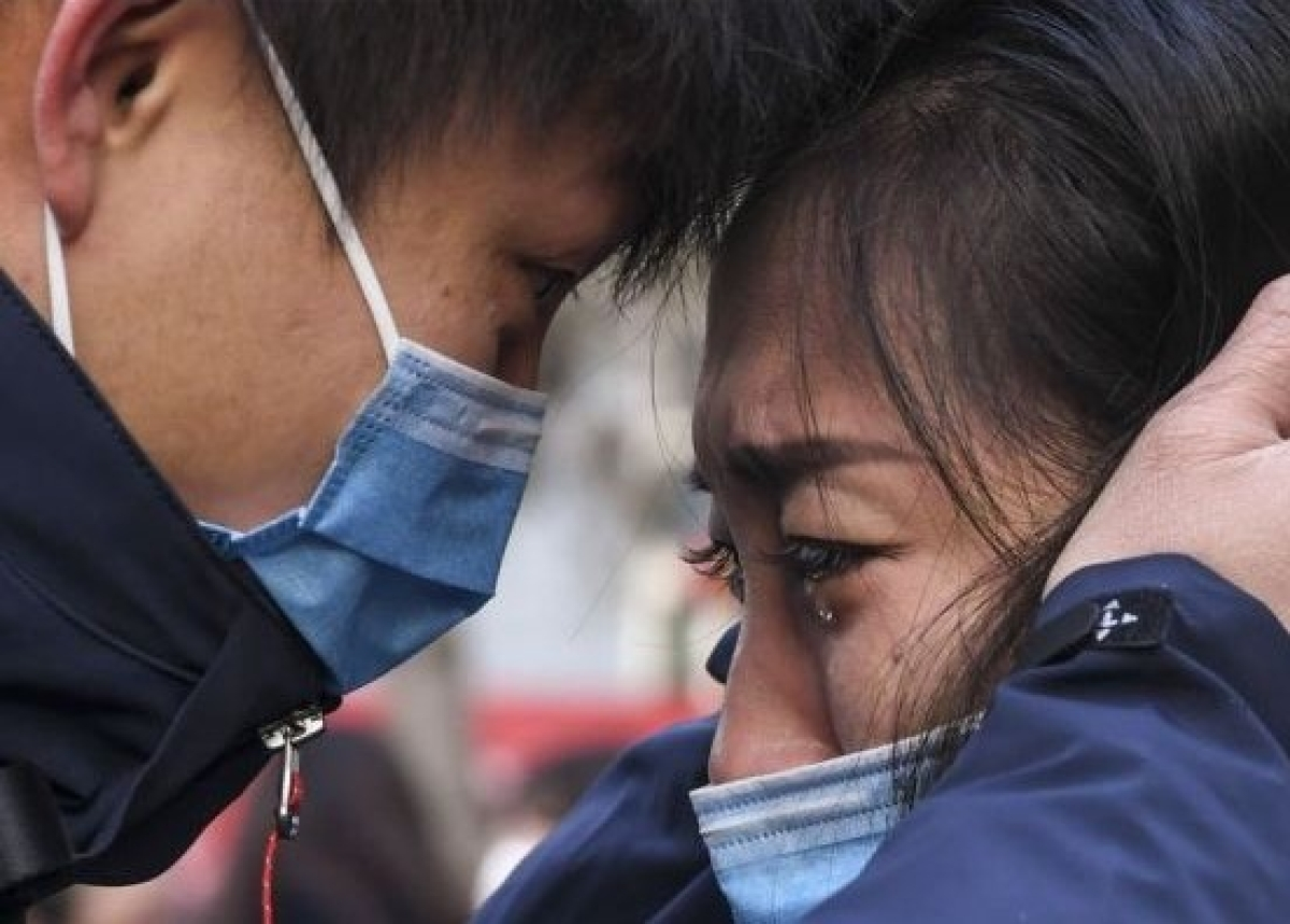 A man says goodbye to his partner before leaving for Hubei Province, China.