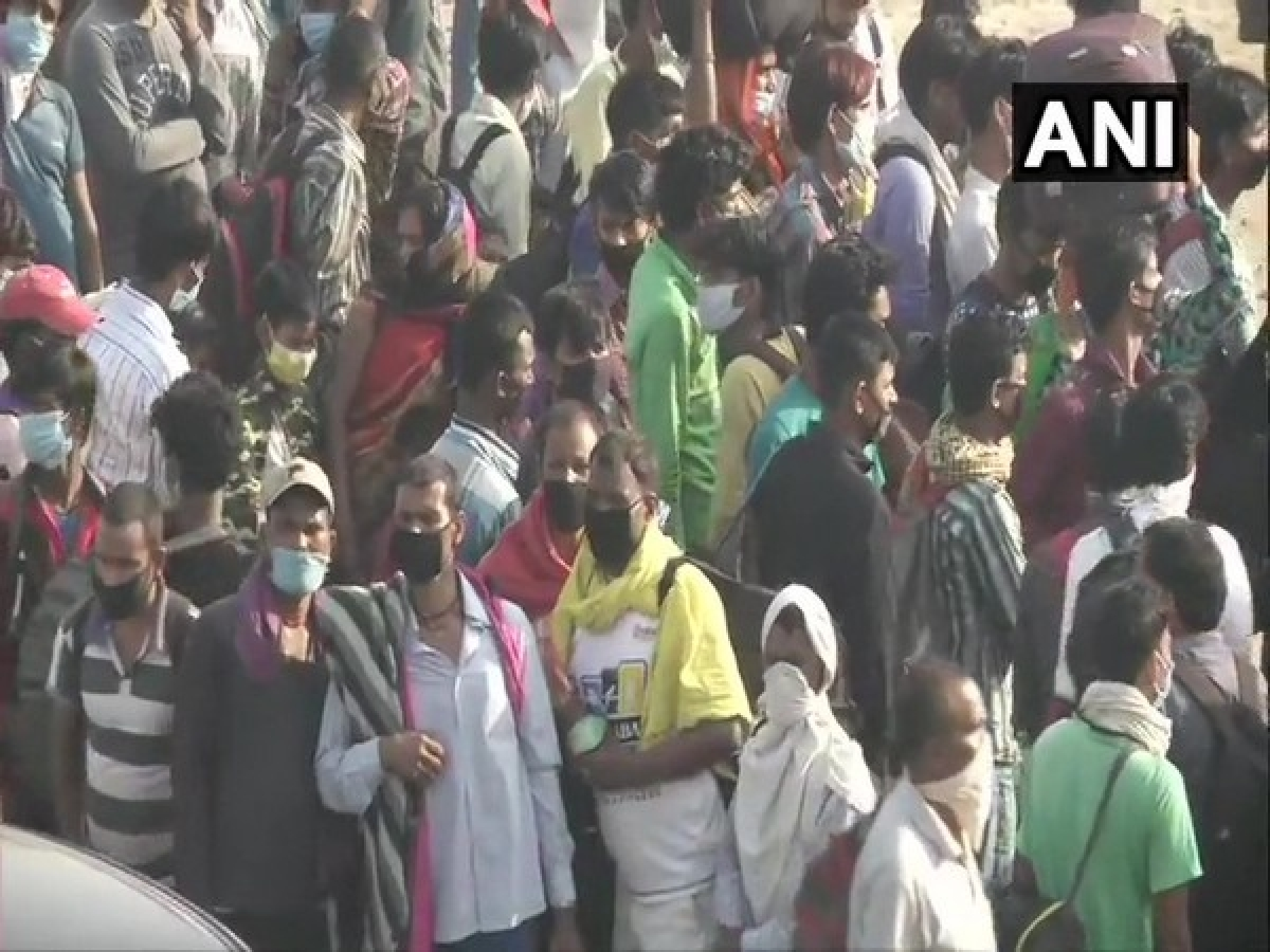 Migrant labourers gather at Delhi-Uttar Pradesh border amid lockdown