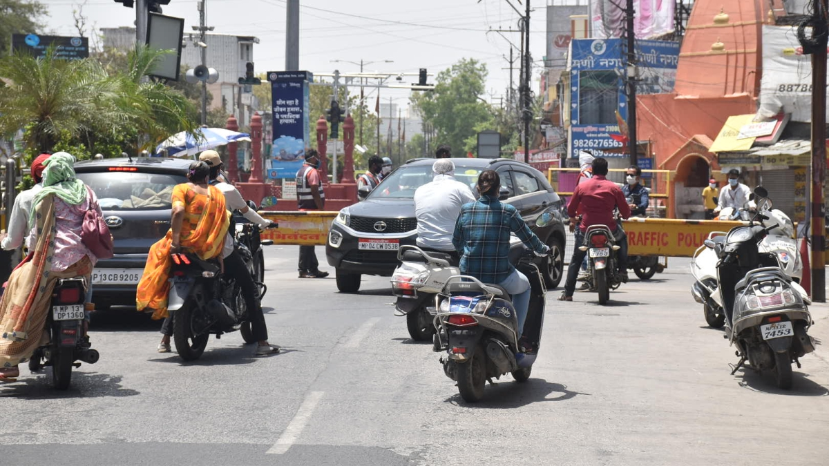 File Photo/ WHO CARES?: Amid lockdown due to Covid-19 outbreak the commuters seem not to care the least to abide by the preventive measures which have been imposed for more than 40 days in the city. Despite increase in the deaths and spurt in numbers of coronavirus patients, the city dwellers are yet to wake up to the reality. At least picture of Teen Batti Chouraha depicts the sad situation in Ujjain on Wednesday.