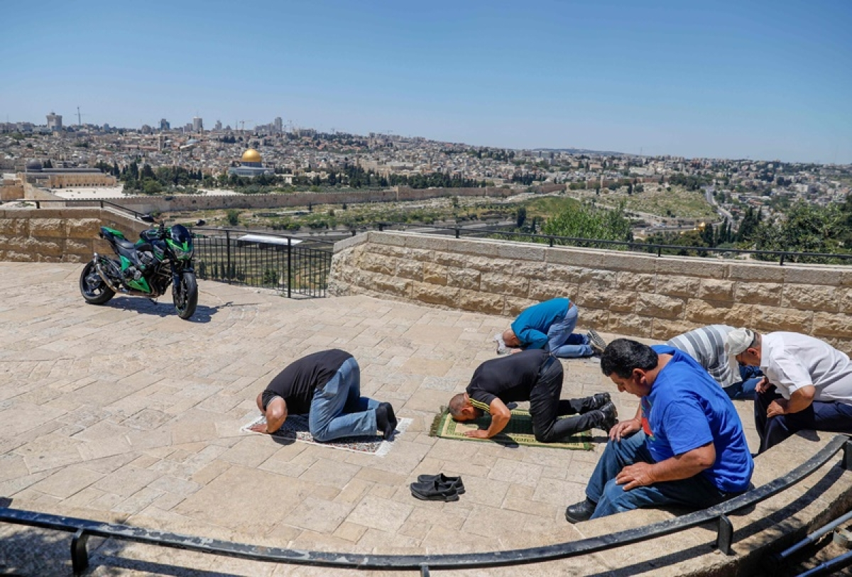 Coronavirus update: Muslims in Jerusalem pray outdoors amid virus lockdown