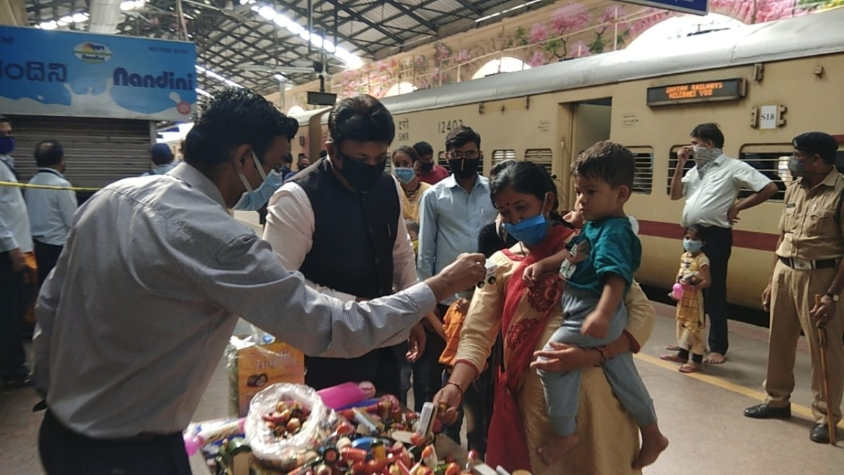 SWR distributes Channapattana toys to children in Shramik special trains