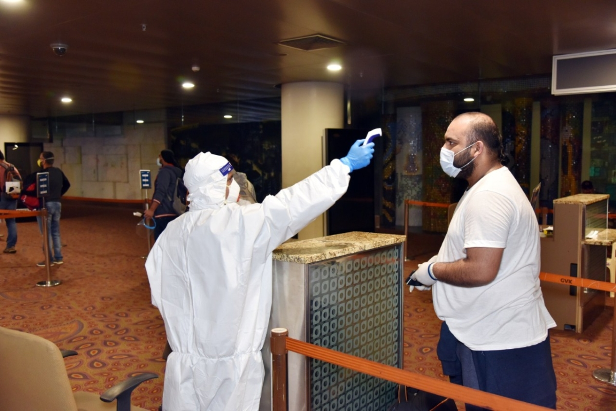 Medical staff checked the temperature of passengers upon their arrival in Mumbai