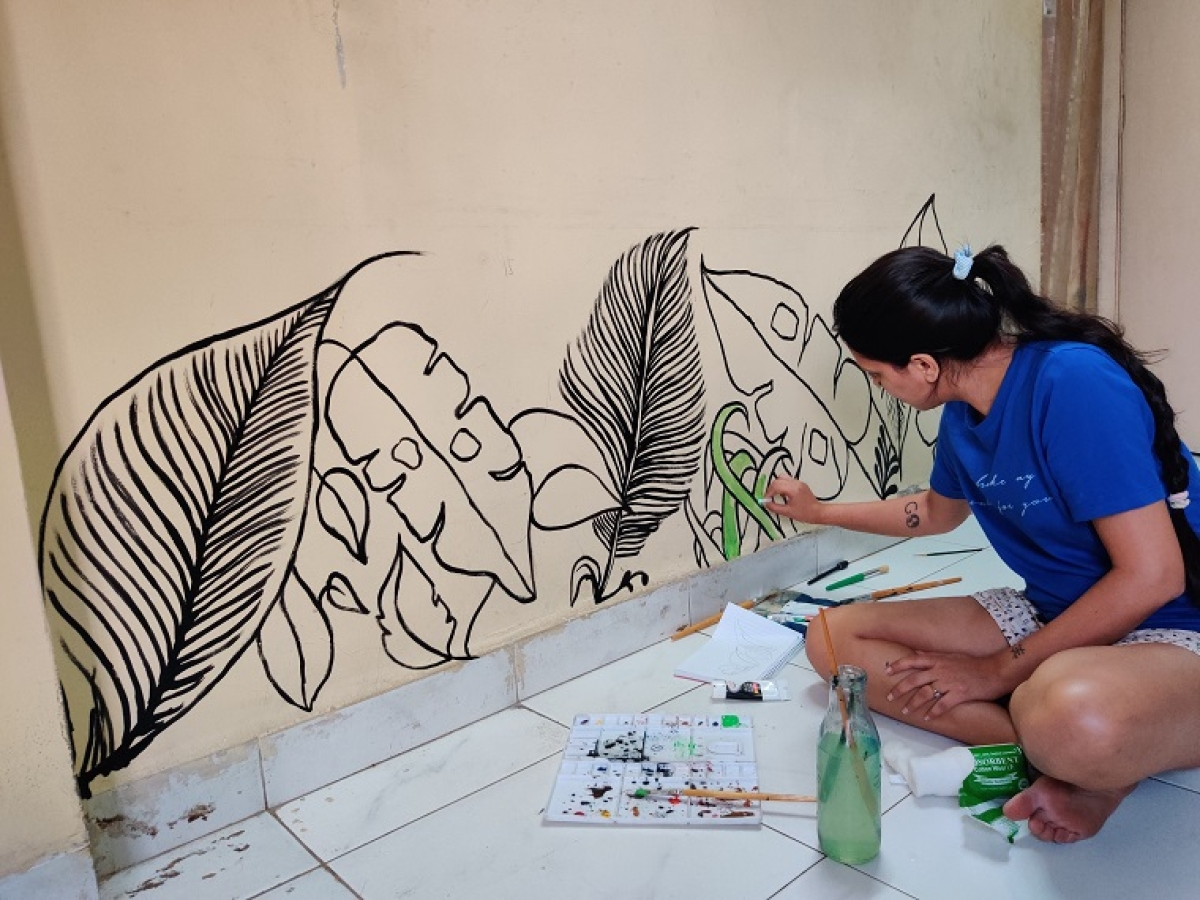 Manisha Dokania creating murals on her plain, home walls