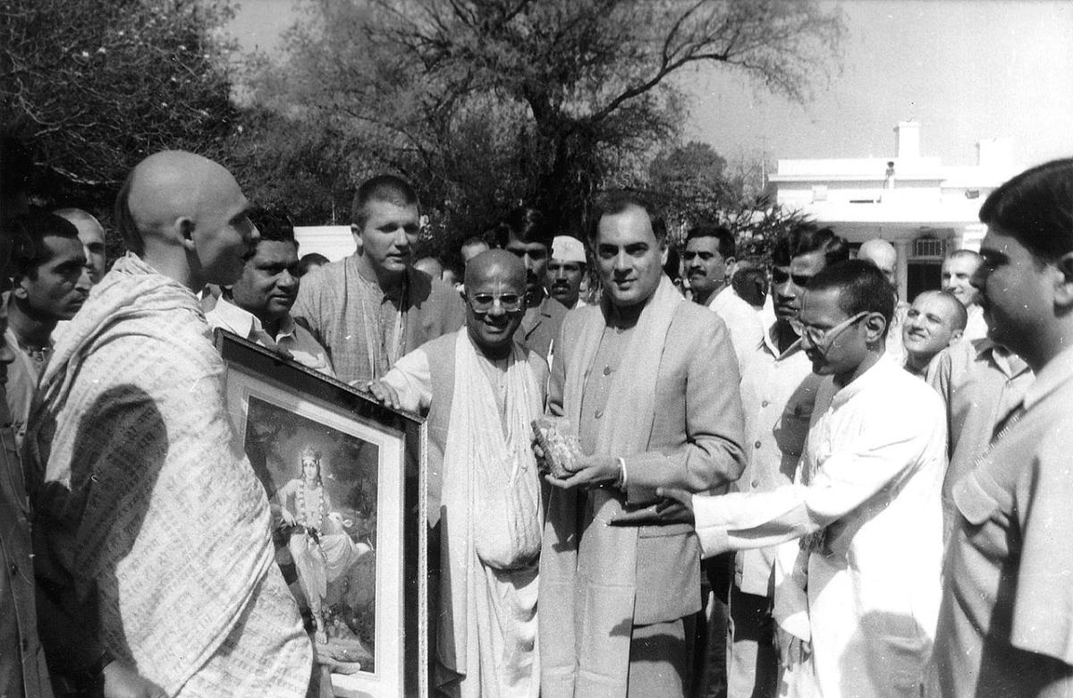 Rajiv Gandhi with Hare Krishna devotees