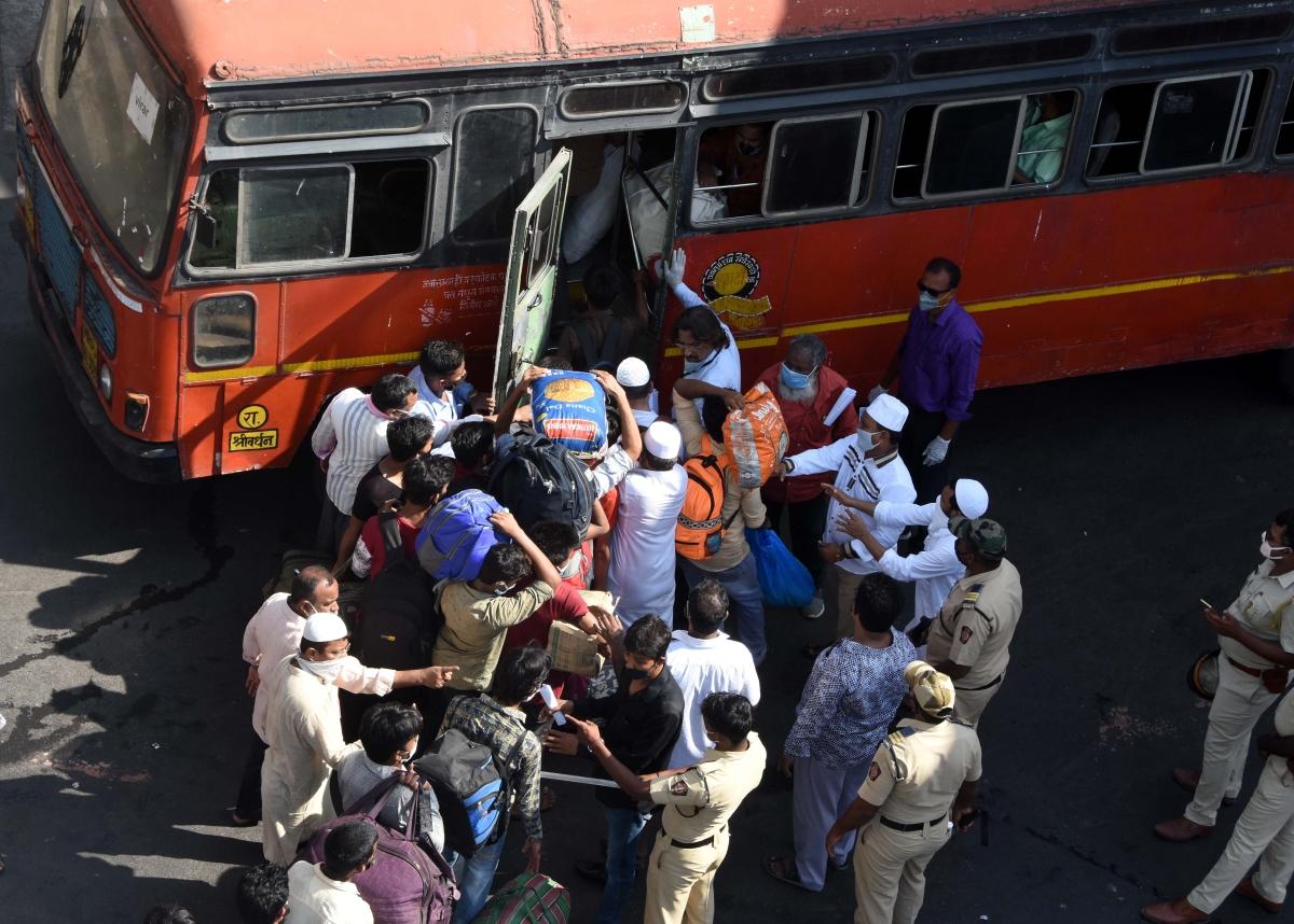 Azmi protests outside Nagpada police station
